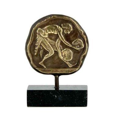 Άρση Βαρών, Ολυμπιακοί Αγώνες, Ορειχάλκινη ανάγλυφη πλακέτα με πατίνα, τοποθετημένη σε βάση από ελληνικό μαύρο μάρμαρο με λευκά και γκρι νερά.