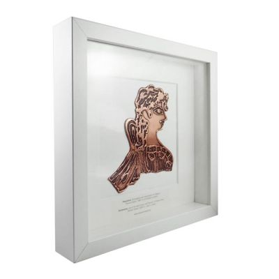 Παριζιάνα, Παράσταση από χαλκό με πατίνα, τοποθετημένη σε λευκή ξύλινη κορνίζα.